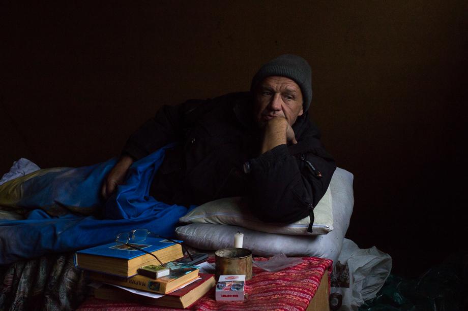 Сергей родом из Кривого Рога. Есть дальние родственники на Украине. В «Теремке» он самый крепкий и один из немногих, кто получает пенсию. Деньги быстро заканчиваются, их постоянно не хватает на сигареты. Когда я вновь приехала в «Теремок», мне сказали, что Сергей ушёл.