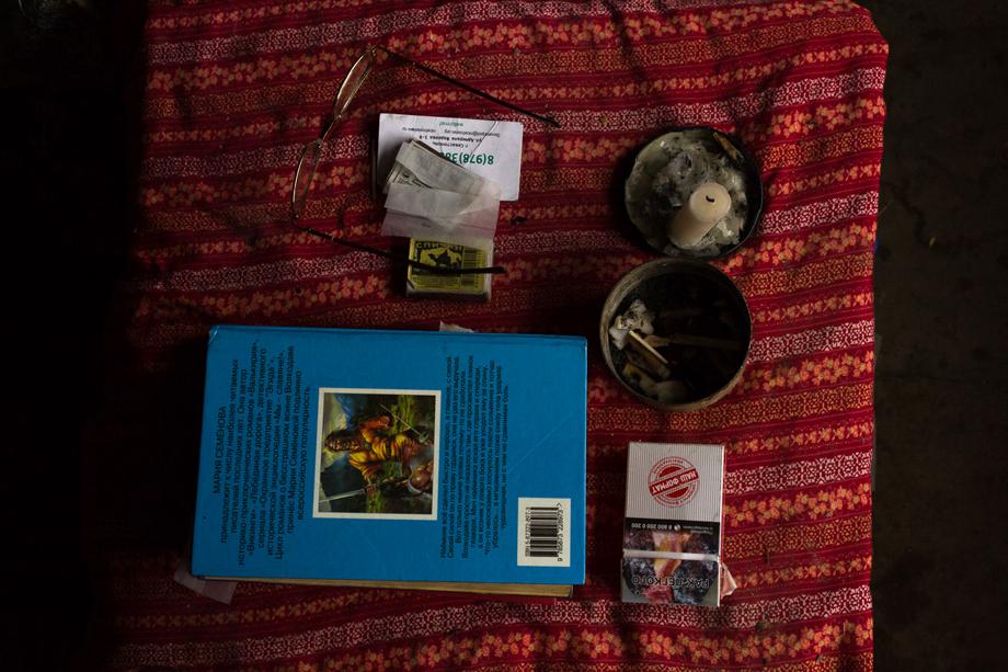 Личные вещи на тумбочке у кровати Сергея.