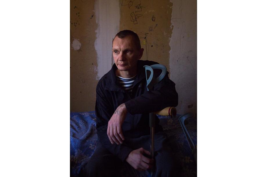 Сергей, 43 года. Родом из Днепропетровской области (Украина). Есть старший брат. Сергей четыре года проработал на угольной шахте подземным электрослесарем, а позже трудился на стройках. Он приехал в Севастополь на заработки в 2012 году. Спустя два года потерял паспорт и не смог вернуться домой.