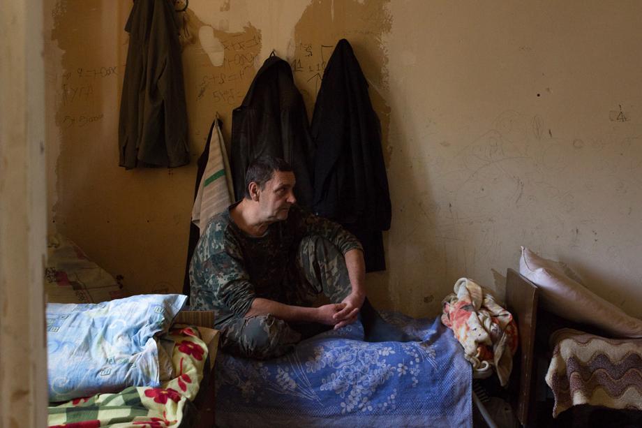Анатолий, 59 лет. Родом из Севастополя. Разведён, двое детей и двое внуков. Анатолий военный, служил на Камчатке, в 32 года вышел на пенсию. Четыре года назад в процессе развода жена порвала его паспорт.