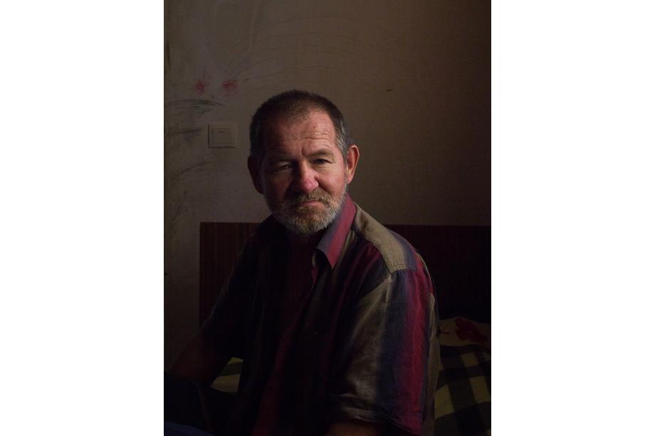 Анатолий, 58 лет. Родился в Каттакургане (Узбекистан), учился на сварщика. В 19 лет уехал на службу в Севастополь и остался там. Окончил школу мичманов, 13 лет служил на корабле, а после работал грузчиком.
