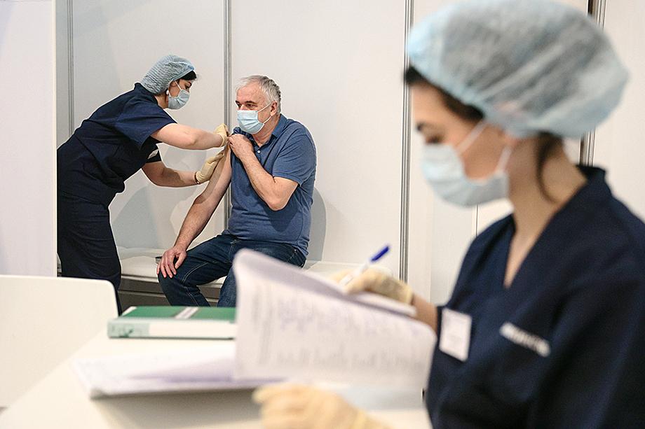 Наиболее сильное давление по поводу вакцинации оказывается на работников образовательных и медицинских учреждений.