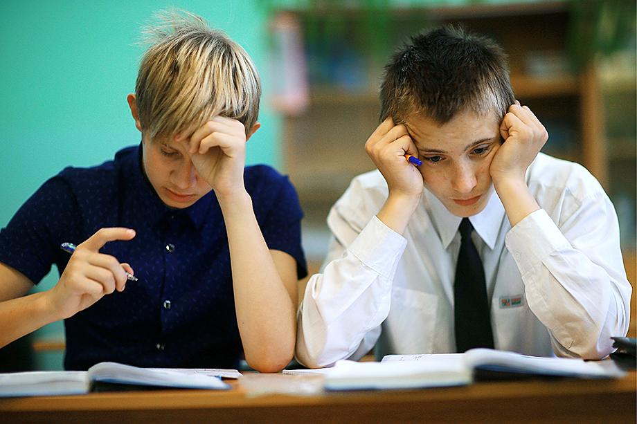 Специалисты считают, что современные учебники написаны слишком сложным языком и пытаются решать нерешаемые задачи, что, в свою очередь, соответствующим образом сказывается на качестве преподавания.