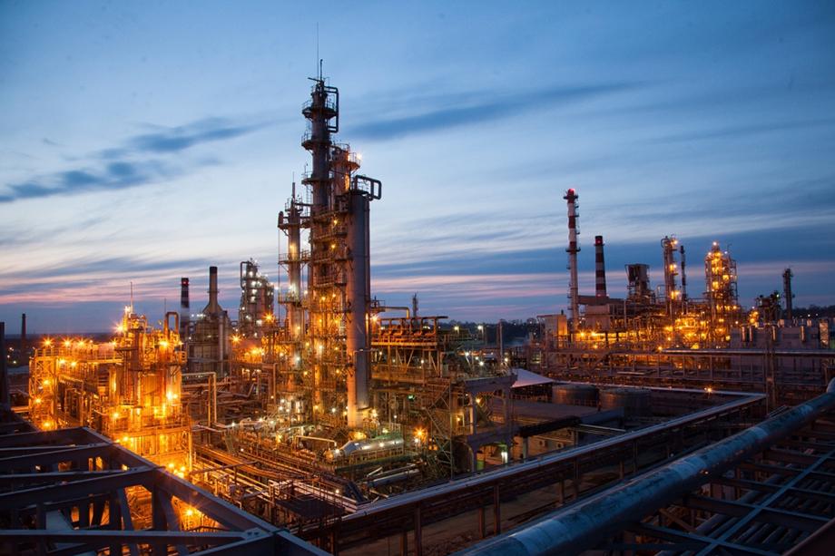 На НПЗ сообщили о завершении ремонтных работ и отправке топлива на заправки Дальнего Востока.