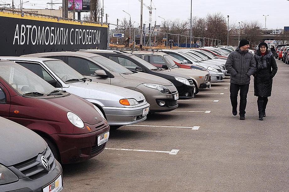 Россияне массово начали переключаться на рынок подержанных автомобилей.