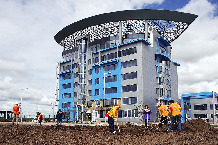 ОЭЗ «Алабуга» создана в 2006 году в Елабужском районе Татарстана и неоднократно возглавляла рейтинги лучших экономических зон Европы и России. Получает поддержку со стороны государства – в конце 2020 года Правительство выделило ОЭЗ из федерального бюджета 464 млн рублей на улучшение инфраструктуры.