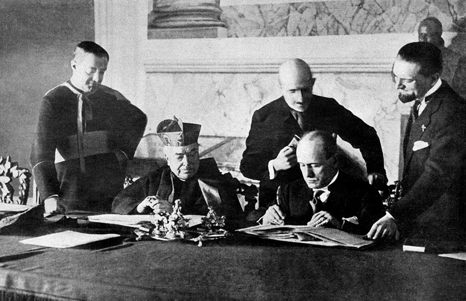 11 февраля 1929 года. Подписание Латеранских пактов кардиналом Пьетро Гаспарри и премьер-министром Бенито Муссолини.
