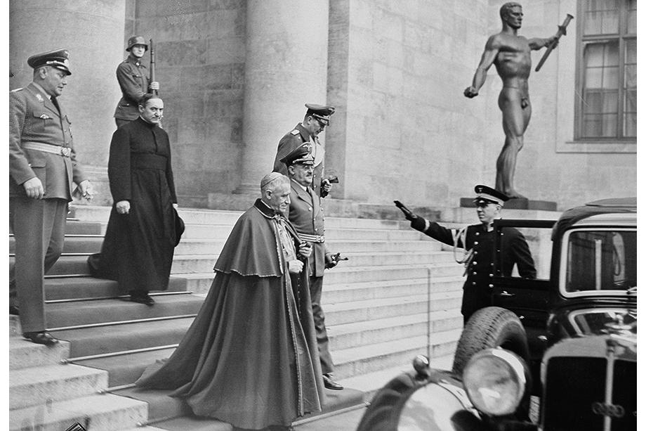 4 декабря 1939 года. Делегат папы Пия XII монсеньор Чезаре Орсениго покидает офис Гитлера после дипломатического приёма.