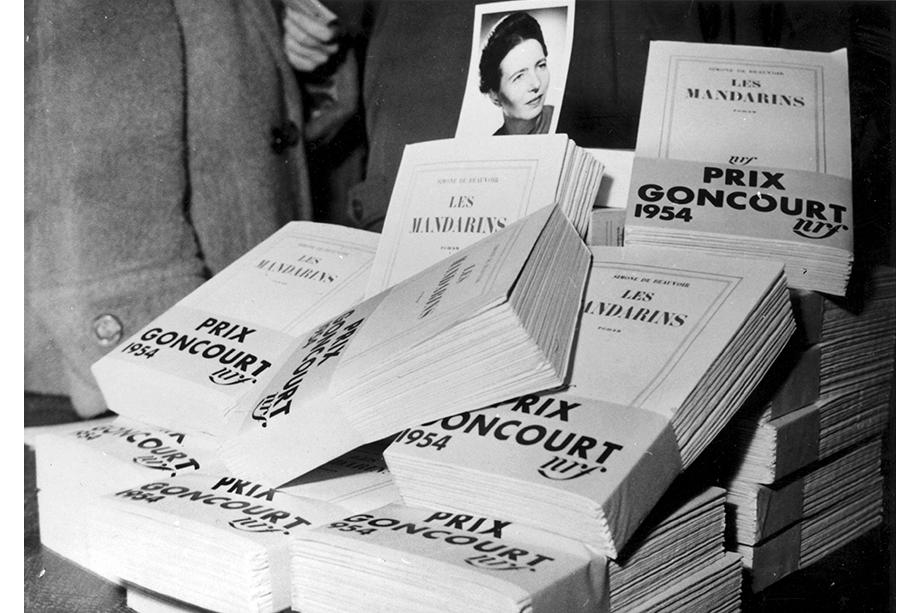 6 декабря 1954 года. Экземпляры книги «Мандарины» Симоны де Бовуар, получившей престижную Гонкуровскую премию. Позже книга будет запрещена Ватиканом.