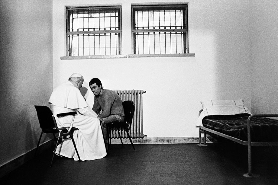 27 декабря 1983 года. Рим, Италия. Встреча папы Иоанна Павла II в тюрьме «Ребиббия» с пытавшимся убить его Мехметом Али Агджой. Перед встречей понтифик провёл для заключённых рождественскую службу в тюремной церкви.