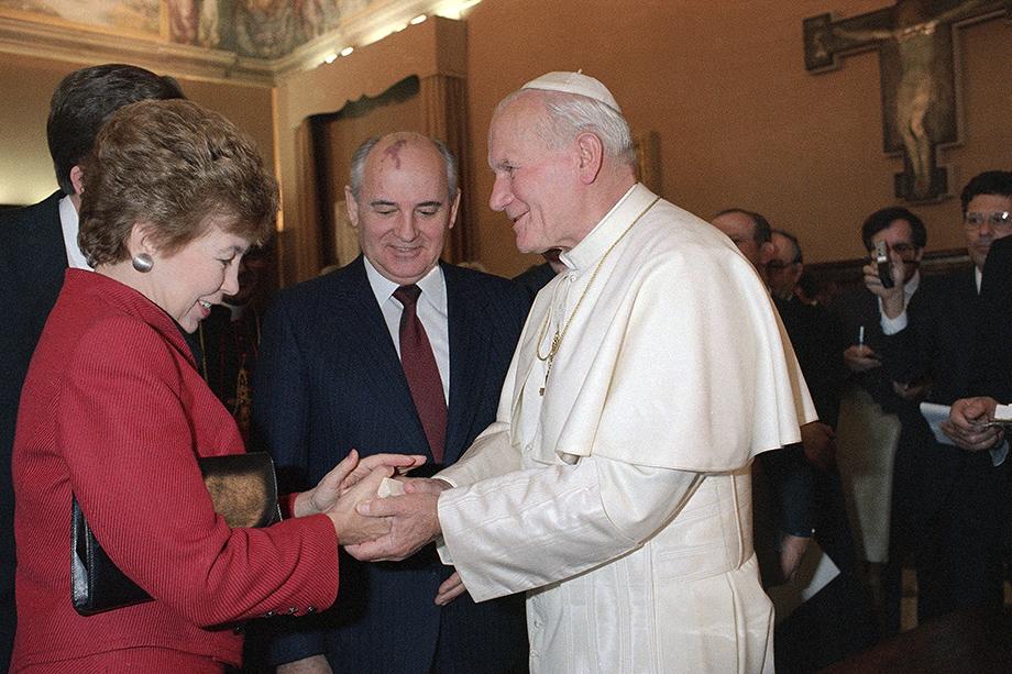 1 декабря 1989 года. Папа Иоанн Павел II вручает ватиканские медальоны Раисе Горбачёвой во время исторического визита Михаила Горбачёва в Ватикан.