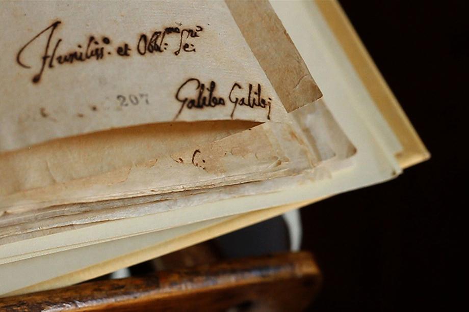 Подпись Галилео Галилея под страницей протокола инквизиции на выставке «Lux in Arcana: секретные архивы Ватикана», в 2012 году впервые открывшей миру некоторые хранящиеся в библиотеке города-государства исторические документы.
