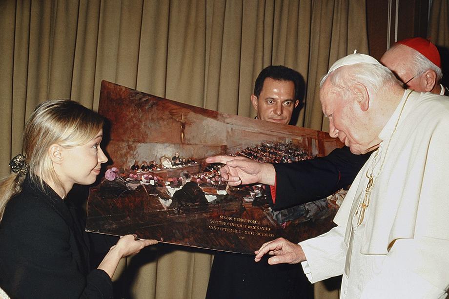 Папа Иоанн Павел II осматривает картину «Синод». Её автор Наталья Царькова стала первым художником, запечатлевшим работу Синода Римско-католической церкви.