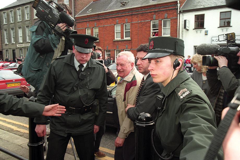 21 марта 1997 года. Лимавади, Великобритания. Священник-педофил Брендан Смит у входа в здание суда, где будет рассматриваться вопрос о его экстрадиции в Ирландию.