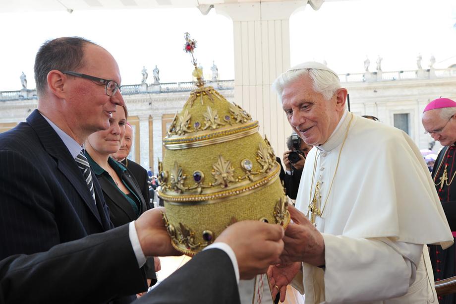 25 мая 2011 года. Немецкий предприниматель Дитер Филипп вручает папе Бенедикту XVI специально созданную для него тиару.