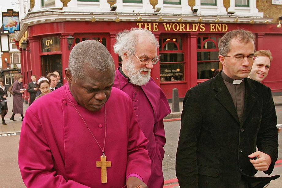 Май 2006 года. Год обострения противоречий между Римско-католической и Англиканской церквями, что привело к оттоку паствы и многолетним переговорам между архиепископом Кентерберийским Роуэном Уильямсом (в центре) и папой Бенедиктом XVI.