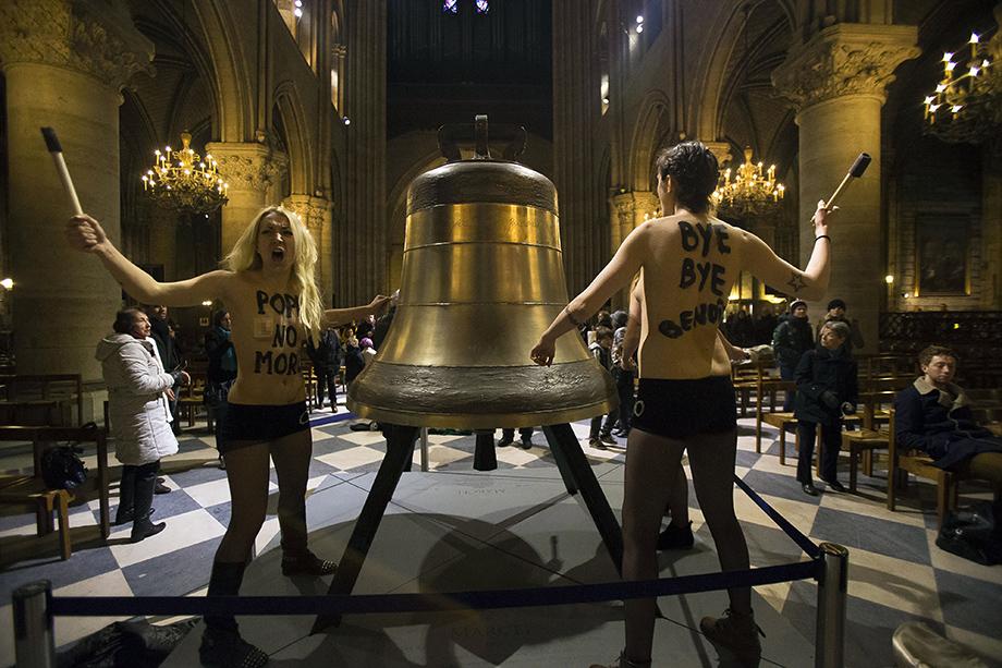 12 февраля 2013 года. Акция женского движения Femen в соборе Парижской Богоматери в связи с объявлением папой Бенедиктом XVI о своей отставке.
