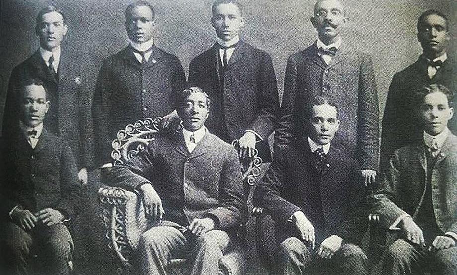 Первое братство было создано в университете Индианы и в колледже Эрлхэм в 1903-м. Сидят (слева направо): Джеймс Найт, Ховард Томпсон, Э. Кемер – старший и Фред Уильямсон; стоят (слева направо): Джон Ходж, Томас Рейнольдс, мистер Хилл, Р. А. Робертс и Гордон Меррилл.