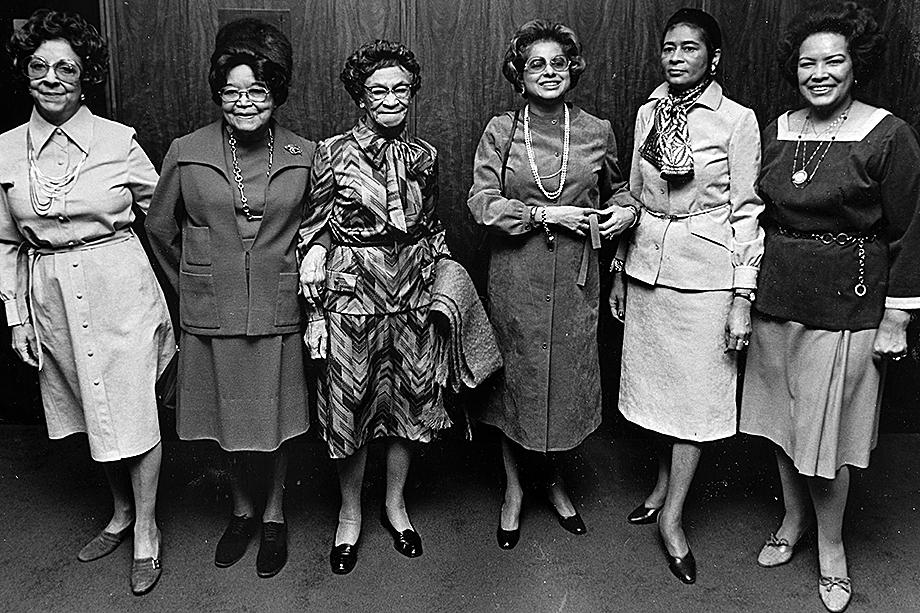 Патриция Робертс Харрис (четвертая слева) из «Дельта Сигма Тета» была секретарём президента Джимми Картера по вопросам жилищного строительства и городского развития.