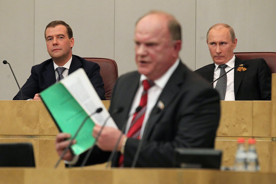 В 2012 году Зюганов (в центре) устоял перед соблазном перейти на сторону бунтующей на Болотной либеральной оппозиции.