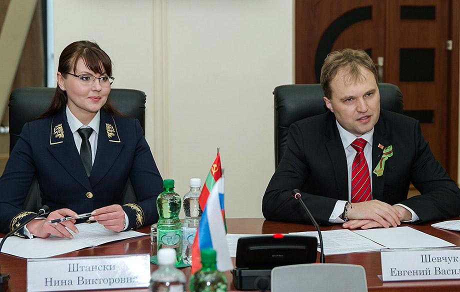 Нина Штански за короткий срок сделала завидную карьеру в верхушке власти Приднестровской Молдавской Республики, а в 2015-м вышла замуж за второго президента ПМР Евгения Шевчука.