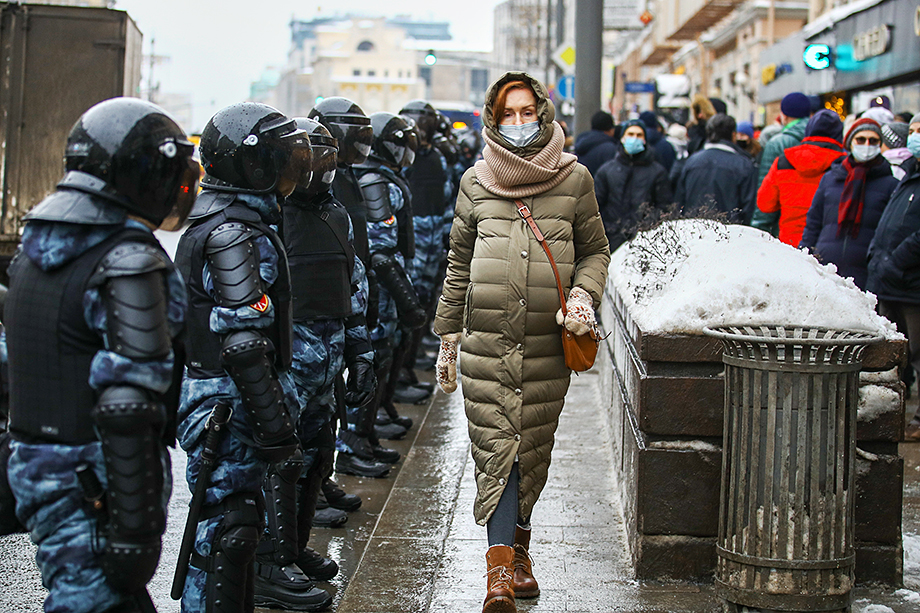 У случайно оказавшихся в непосредственной близости от несанкционированных митингов в поддержку Алексея Навального и зафиксированных на камеру москвичей практически нет шансов доказать свою непричастность к акциям.