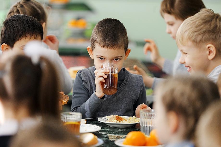 Одна из главных проблем – устаревшая производственная база комбинатов питания для приготовления школьных завтраков и обедов.