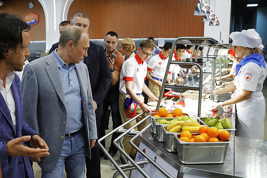 Реализация предложения президента о бесплатном горячем питании для российских школьников и год спустя осуществляется с трудом.