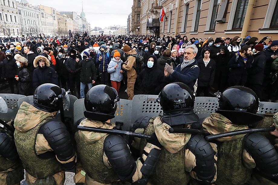 Обвинение, брошенное Байденом в адрес российского президента, стало прямой угрозой для несистемной оппозиции: присутствие иностранных денег в организации февральских протестов переводит их действия в разряд уголовных преступлений.