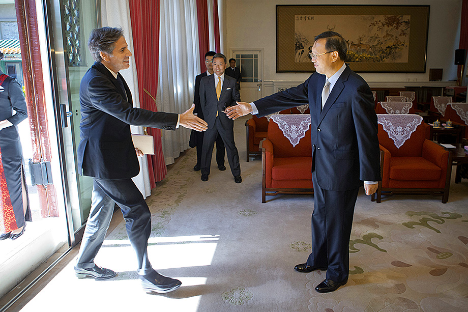 Обмен приветствиями между госсекретарём Энтони Блинкеном и куратором внешней политики Китая Яном Цзечи, вылившийся в словесную перепалку, чётко показал позицию обеих держав в отношении друг друга.