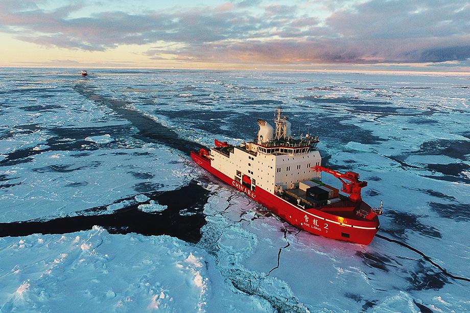 Первый самостоятельно построенный Китаем ледокол «Сюэлун-2» во время 36-й китайской антарктической экспедиции.