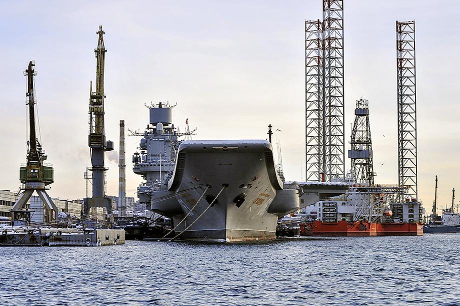 Крейсер «Адмирал Кузнецов» во время ремонтных работ в Мурманске.