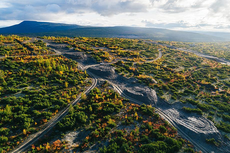 По данным «Полюса», запасы месторождения составляют 40 млн унций золота и 540 млн тонн руды со средним содержанием в руде 2,3 грамма на тонну (1244 тонны золота).