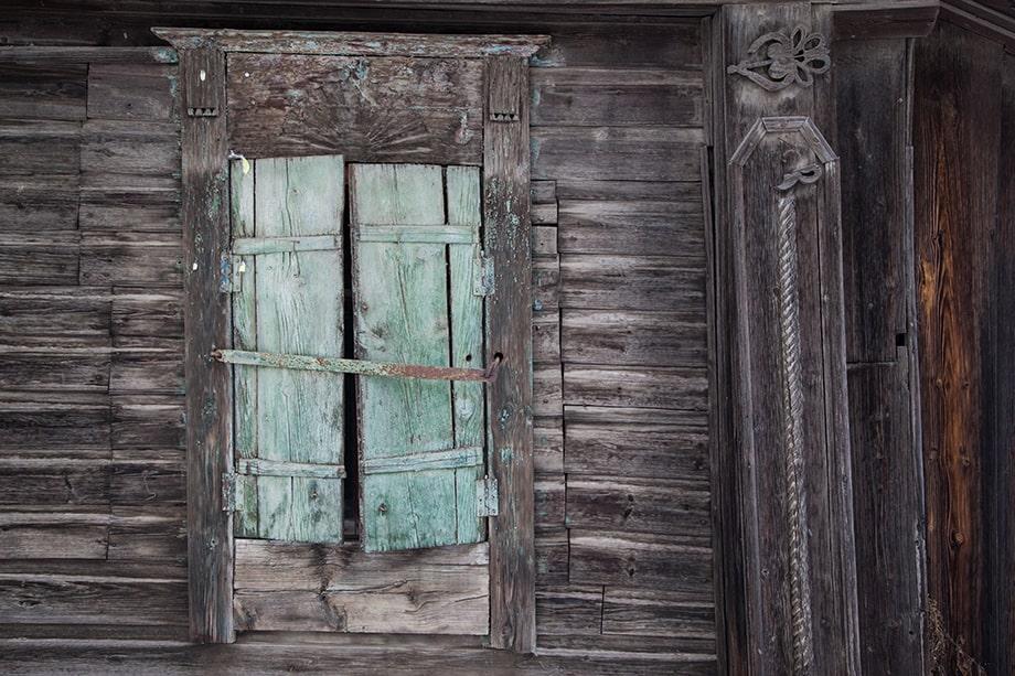 Наличники и резные украшения дома в Быньгах.