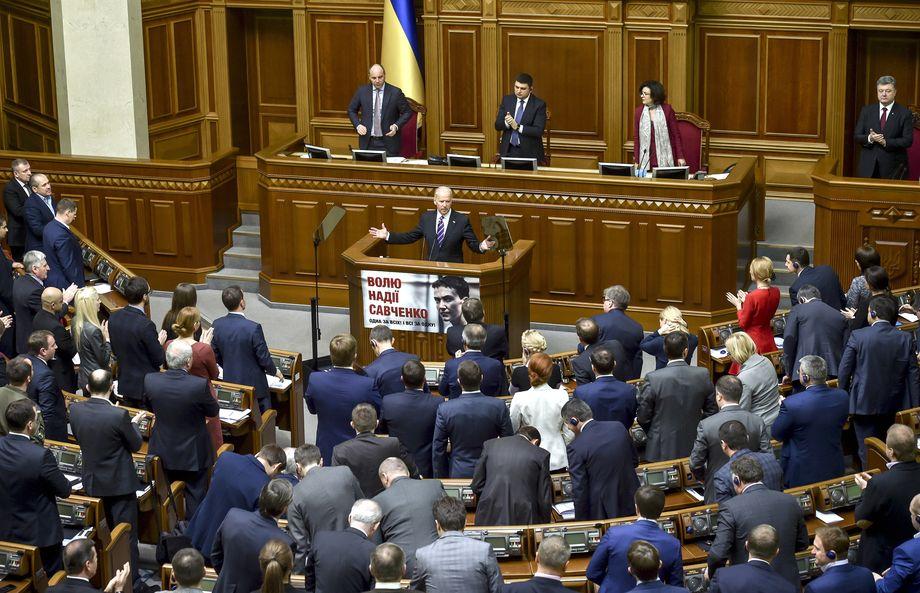 Украина, Киев, 8 декабря 2015 года. Вице-президент США Джозеф Байден (в центре) во время выступления на заседании Верховной рады Украины.