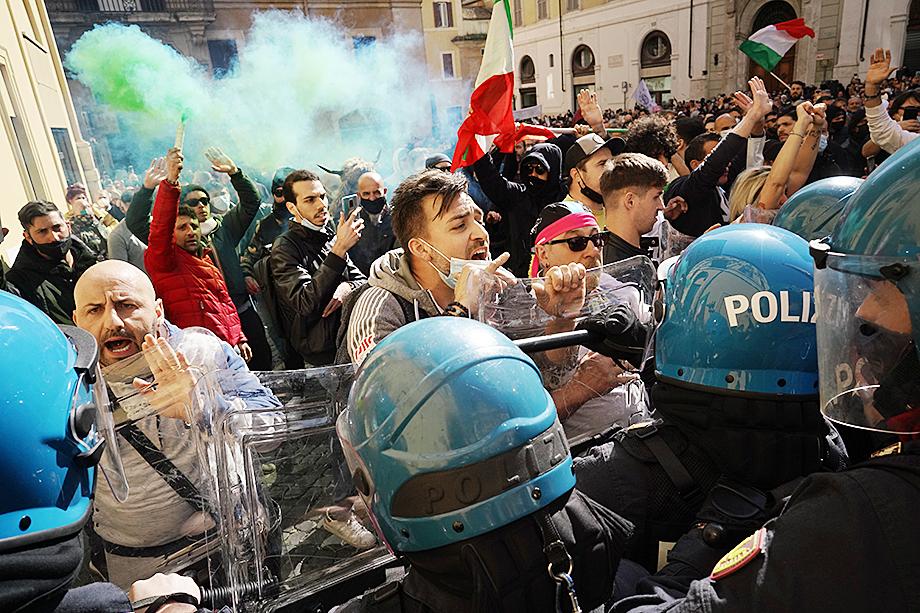 Мирный протест перерос в жёсткое столкновение с полицией.
