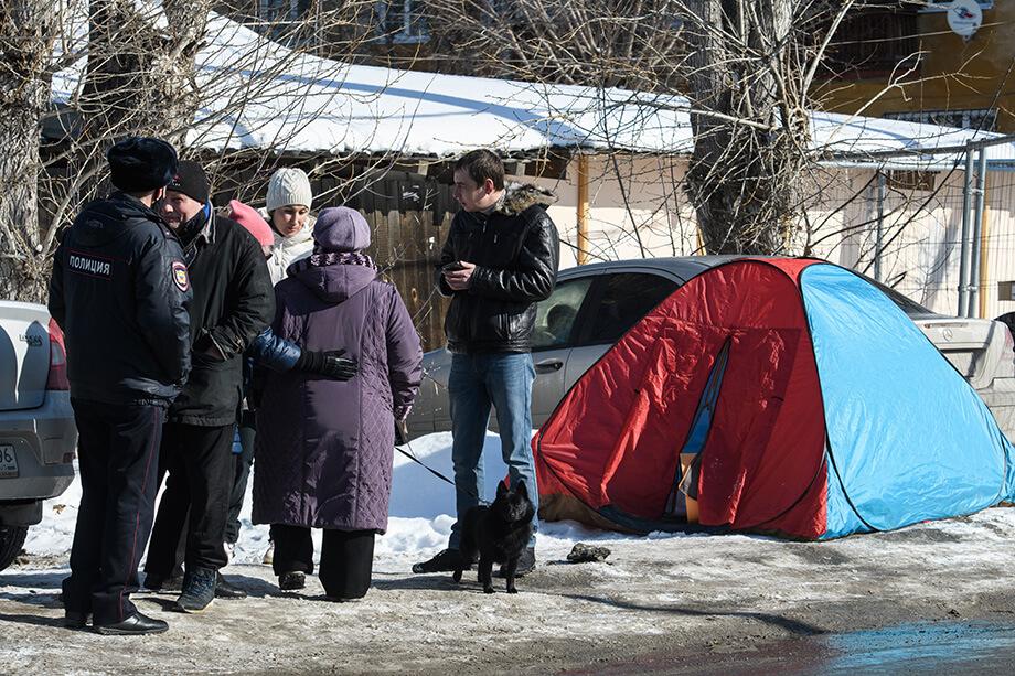 Жители Уралмаша ведут дежурство на месте строительства вышки.