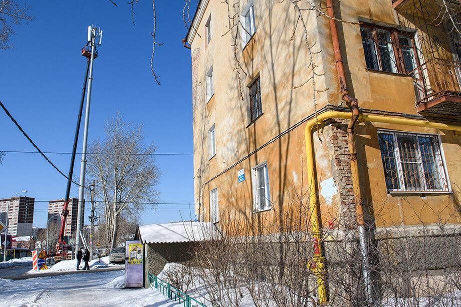 Вышки строятся в непосредственной близости от жилых домов.