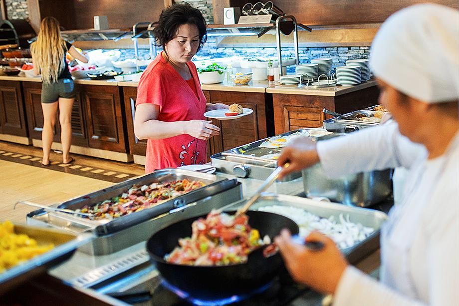 Питание по системе «шведский стол» в ресторанах рекомендовано предлагать с 6 до 12 часов во избежание большого скопления гостей.