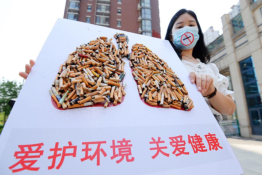 До недавнего времени в Китай был одной из самых курящих стран мира, но благодаря методичной борьбе правительства количество приверженцев этой вредной привычки стало падать.