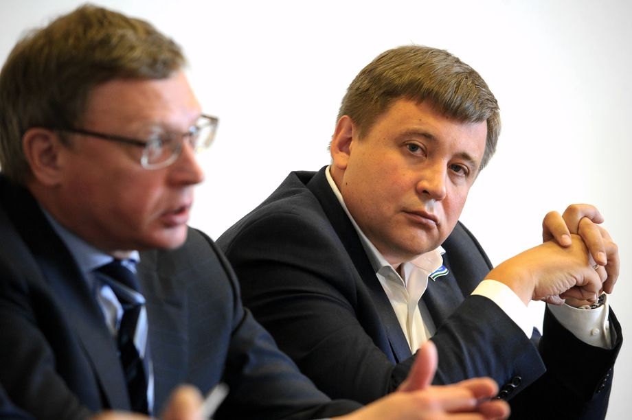 Глава «Омскэлектро», как и губернатор Омской области Александр Бурков, выходец из Свердловской области.