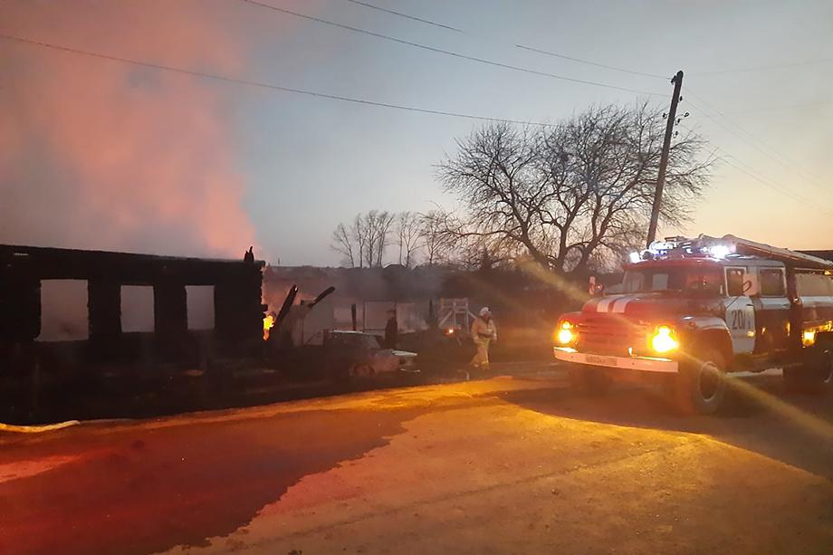 До того, как прибыли спасатели, четыре человека эвакуировались из дома самостоятельно, двоих детей госпитализировали с ожогами.