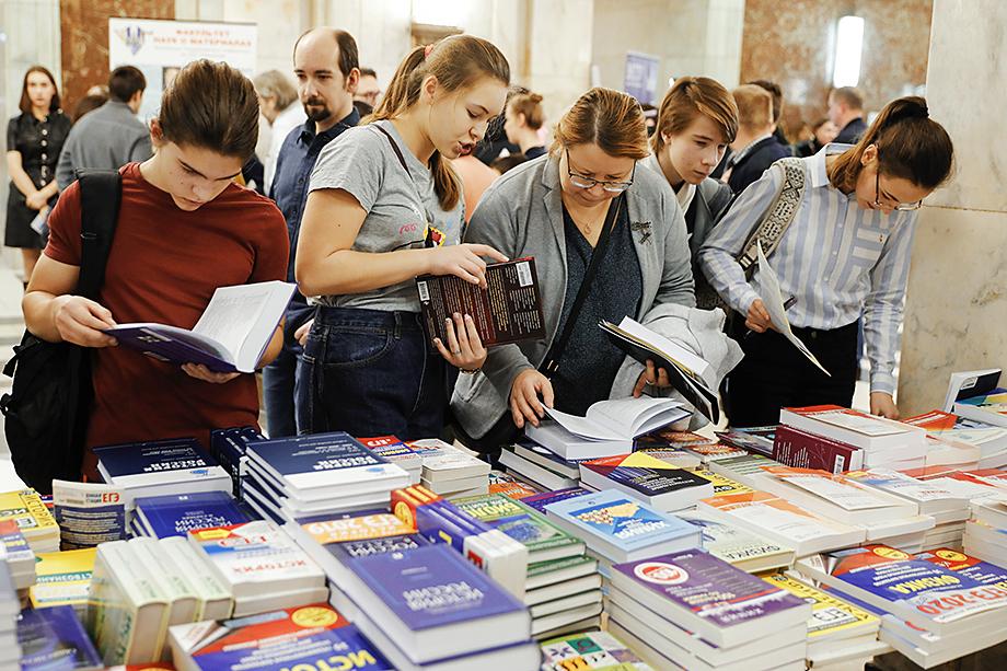 Ученики вынуждены заниматься по сильным учебникам и пособиям только дополнительно – с репетиторами. В рекомендациях Минпросвета – только откровенно слабые образовательные комплексы.