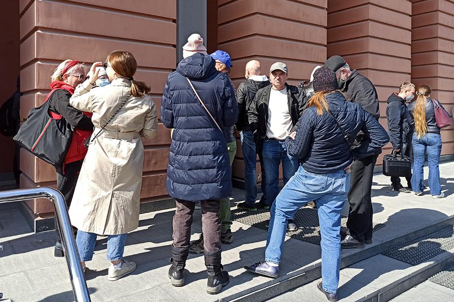 Толпа вкладчиков возле здания банка «Нейва».
