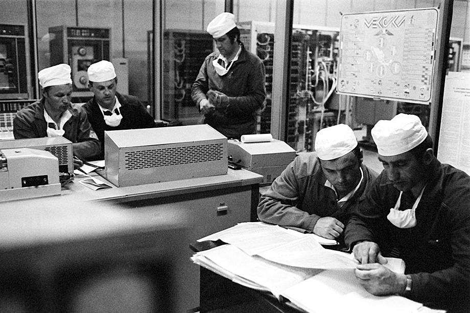 Август 1986 года. Оперативное совещание строителей защитного саркофага вокруг разрушенного в результате аварии четвёртого энергоблока.