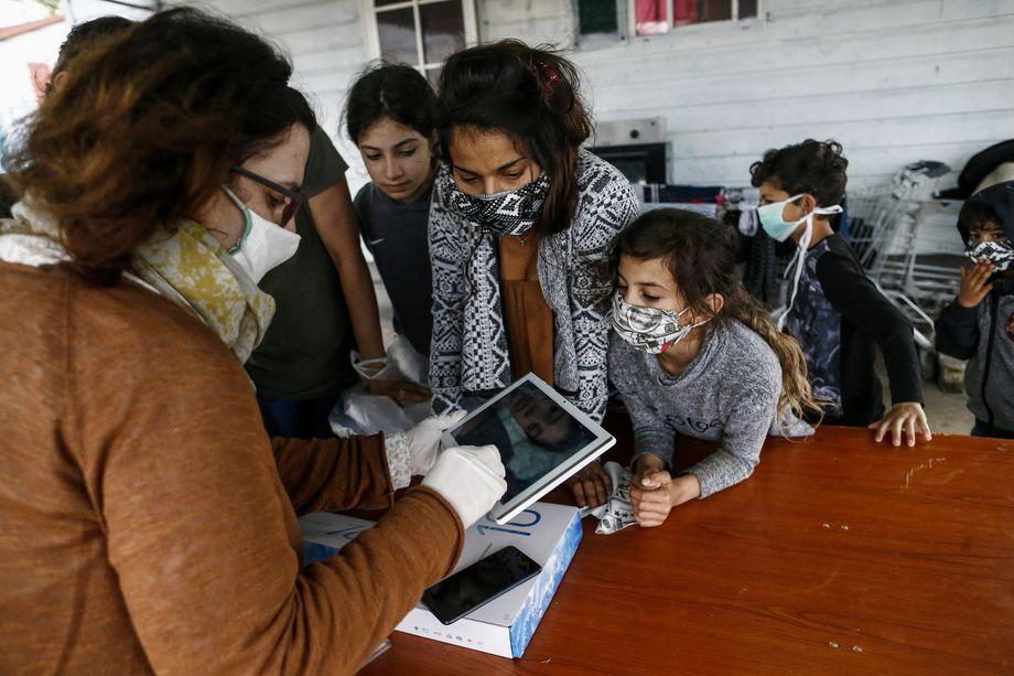 23 апреля 2020 года. Начальная школа Мелисса Басси предоставила планшеты для дистанционного обучения детям одного из крупнейших цыганских посёлков Рима.