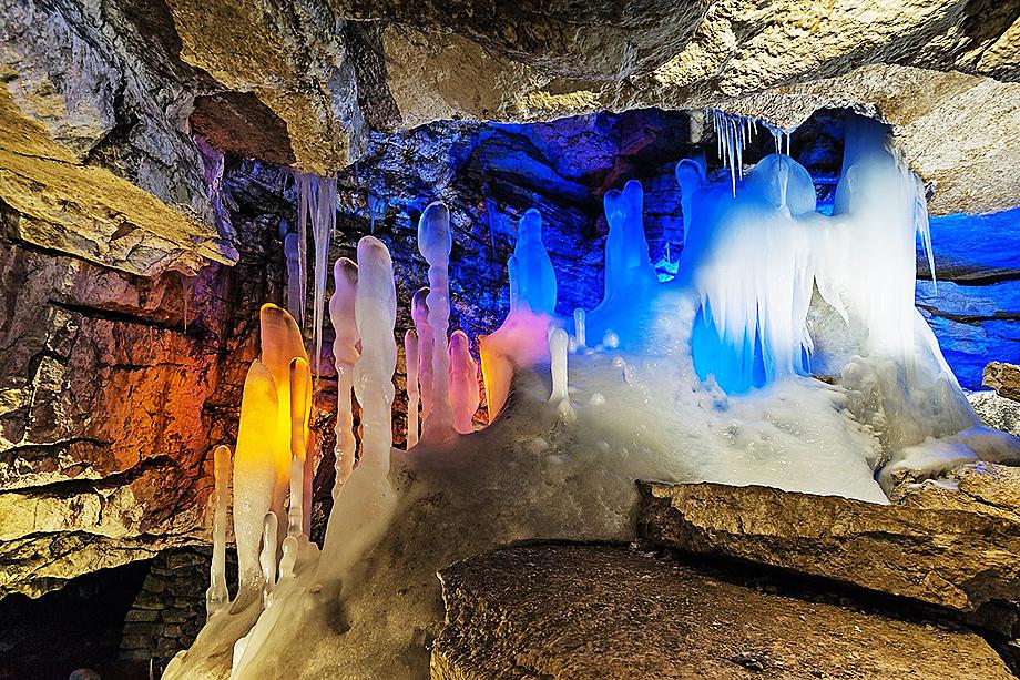 Кунгурскую ледяную пещеру ежедневно посещают сотни туристов.