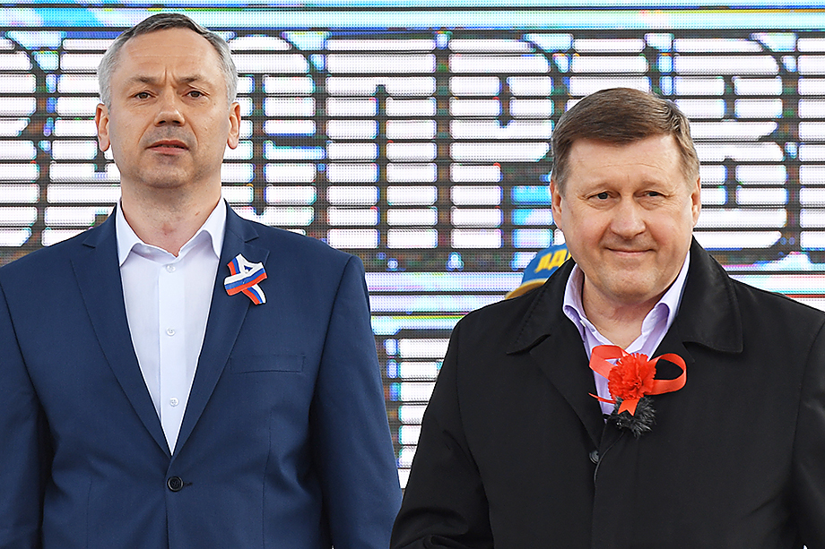 Локоть (справа) отказался от соперничества с Травниковым (слева) за кресло губернатора.