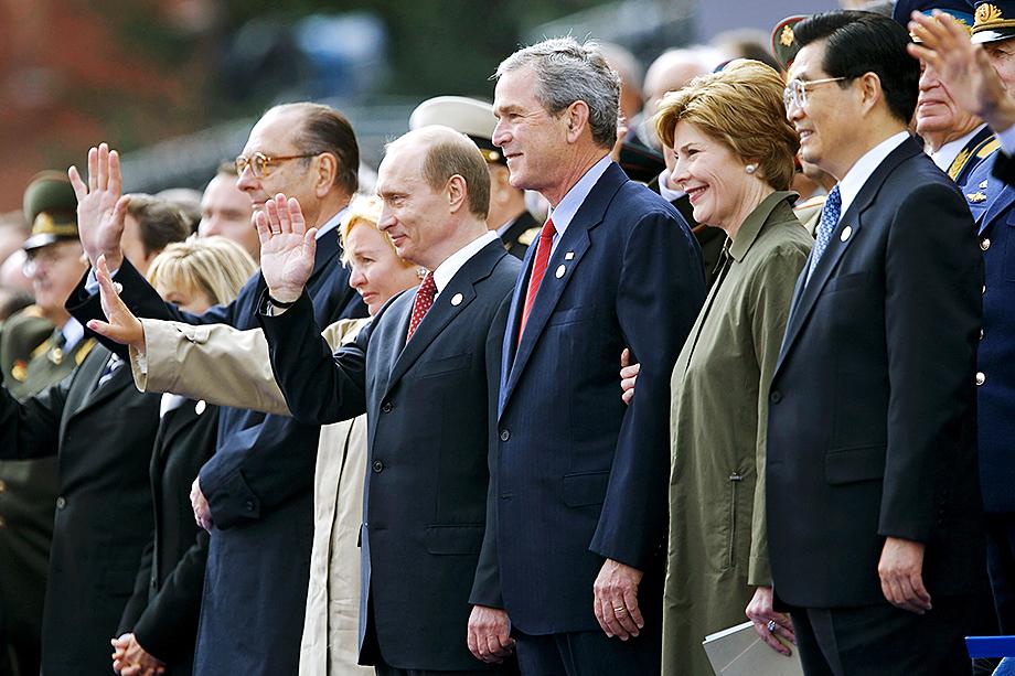 В 2005 году руководство России пригласило глав западных государств на парад Победы. С тех пор центральное мероприятие священного для нашей страны дня стало напоминать шоу.