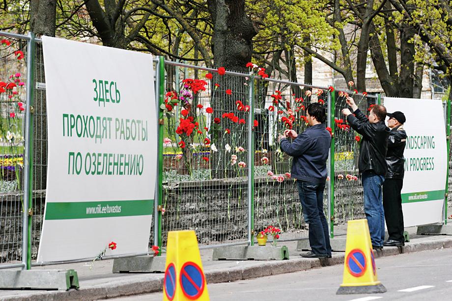 Жители Таллина приходят с цветами к скверу на Тынисмяги, где раньше стоял Бронзовый солдат, перенесённый по решению эстонских властей на военное кладбище.